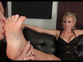 Beautiful Blonde gets her unmitigated feet respected